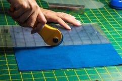 布料切口过程 免版税库存照片