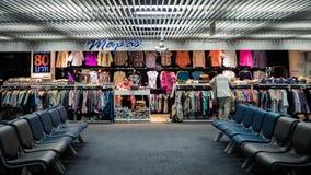 布料商店在机场 免版税库存照片