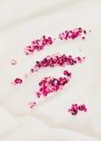 布料在红宝石丝绸石头的金刚石堆 免版税库存照片