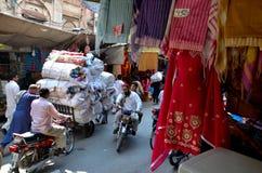 布料在被围住的城市拉合尔巴基斯坦砍里面传统义卖市场市场 免版税库存图片