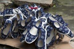 布料手工制造鞋子 库存照片