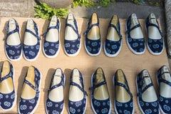 布料手工制造鞋子 免版税库存照片
