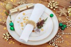 布料折叠了绿色被冠上的绿叶节假日餐巾瓣牌照红色季节性设置表 免版税库存图片