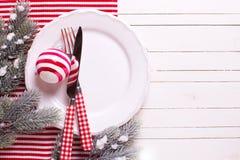 布料折叠了绿色被冠上的绿叶节假日餐巾瓣牌照红色季节性设置表 免版税图库摄影