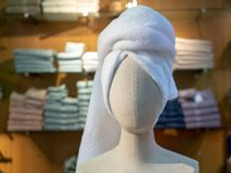 布料有在stor的头附近被包裹的毛巾的时装模特头 免版税库存照片