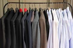 布料机架充满衣服 免版税库存照片