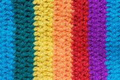 布料的纹理从多彩多姿的毛线被编织 图库摄影