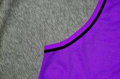 布料纺织品表面顶视图  特写镜头起皱了加热器并且编织了与稀薄的条纹图形的织品纹理 体育衣物 图库摄影