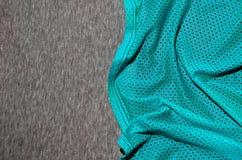 布料纺织品表面顶视图  特写镜头起皱了加热器并且编织了与稀薄的条纹图形的织品纹理 体育衣物 免版税库存照片