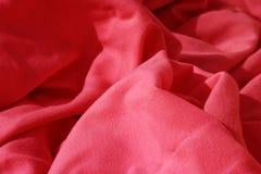 布料聚集了起皱纹的餐巾红色表 免版税库存图片