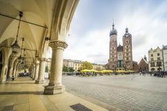 布料霍尔和圣玛丽在集市广场在克拉科夫, P的` s大教堂 免版税库存照片