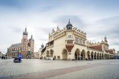 布料霍尔和圣玛丽在集市广场在克拉科夫, P的` s大教堂 库存照片
