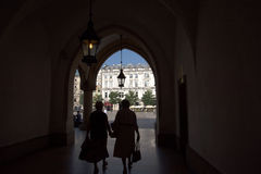 从布料霍尔的看法和市场在集市广场在克拉科夫波兰 库存照片