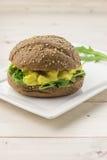 布朗三明治用用咖喱粉烹调的鸡丁沙拉 免版税库存照片