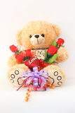 布朗与一朵红色玫瑰和礼物盒的玩具熊 库存图片