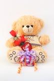 布朗与一朵红色玫瑰和礼物盒的玩具熊 免版税库存照片
