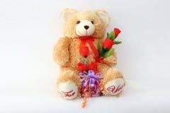 布朗与一朵红色玫瑰和礼物盒的玩具熊 图库摄影