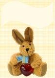 布朗与心脏的长毛绒兔宝宝在被检查的backgrou 库存图片