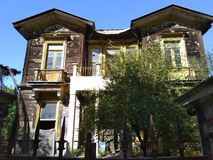 布朗两层的老豪宅 库存照片