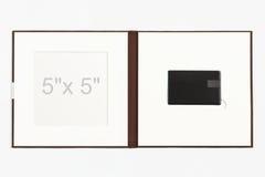 布朗亚麻制USB闪光推进对开纸 免版税库存图片