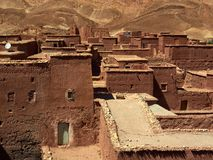 布朗从几何形状传统房子在巴巴里人村庄,摩洛哥提取背景 免版税库存照片