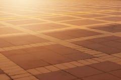 布朗仿造了铺瓦片,水泥砖地板背景 Lig 图库摄影