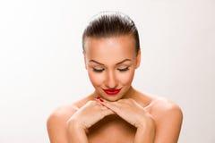 布朗光滑头发美丽的妇女用接近看的面孔的手下来 库存照片