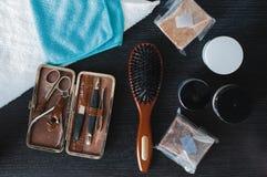 布朗发刷、称呼胶凝体的修指甲器、肥皂和头发 图库摄影