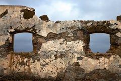 布朗变形了在a的窗口打破了油漆anzarote西班牙 库存照片
