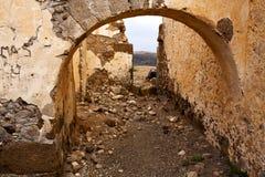 布朗变形了在a的门打破了油漆墙壁阿雷西费兰萨罗特岛 免版税库存图片