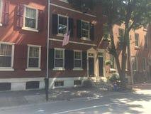 布朗向在历史的华盛顿广场西部的市内住宅,费城,与树荫的PA扔石头 库存照片