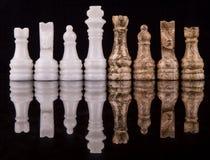 布朗和白色石头做了国际象棋棋局v 库存图片