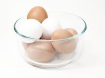 布朗和白鸡蛋在玻璃碗 免版税库存照片