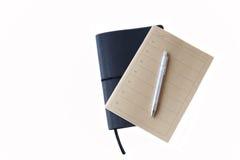 布朗和黑笔记本和笔 库存图片