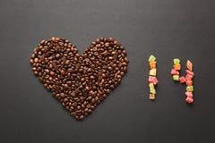 布朗咖啡在设计的黑纹理背景solated 圣徒华伦泰` s在fabruary 14的天卡片,假日概念 免版税库存照片