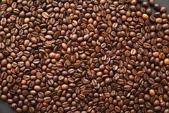 布朗咖啡在设计的黑纹理背景solated 圣徒华伦泰` s在fabruary 14的天卡片,假日概念 库存图片