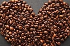 布朗咖啡在设计的黑纹理背景solated 圣徒华伦泰` s在fabruary 14的天卡片,假日概念 免版税库存图片