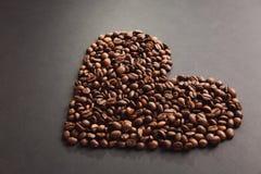 布朗咖啡在设计的黑纹理背景solated 圣徒华伦泰` s在fabruary 14的天卡片,假日概念 免版税图库摄影