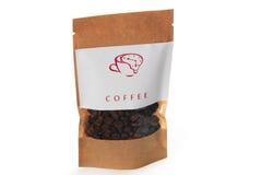 布朗咖啡粒到与白色lable的纸包裹里 免版税库存照片