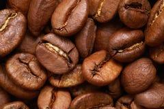 布朗咖啡粒或豆,宏指令 免版税库存照片