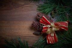 布朗圣诞节与冷杉分支和锥体的假日背景 大量复制空间 库存照片