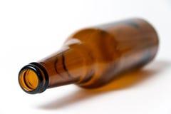 布朗在一个空白背景的啤酒瓶 库存照片