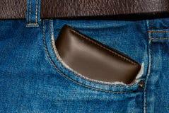 布朗在口袋的皮革钱包 钱包半路从牛仔裤支持 有钱包褐色的口袋蓝色牛仔裤 库存照片