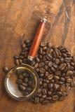 布朗在圈子的咖啡豆塑造,宏观咖啡豆特写镜头背景的和纹理 在棕色木板上与扩大化g 免版税库存图片