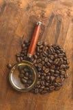 布朗在圈子的咖啡豆塑造,宏观咖啡豆特写镜头背景的和纹理 在棕色木板上与扩大化g 库存图片