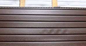 布朗塑料房屋板壁 免版税库存照片