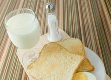 布朗多士用煮沸的鸡蛋和牛奶早餐 免版税库存照片