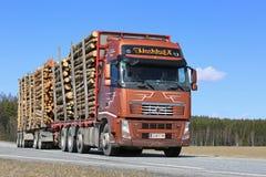 布朗富豪集团FH在美好的天拖拉木材 库存图片