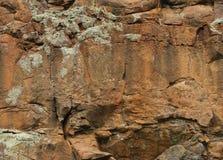 布朗岩石面孔纹理背景 免版税图库摄影