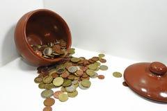 布朗有欧洲硬币的泥罐 免版税图库摄影